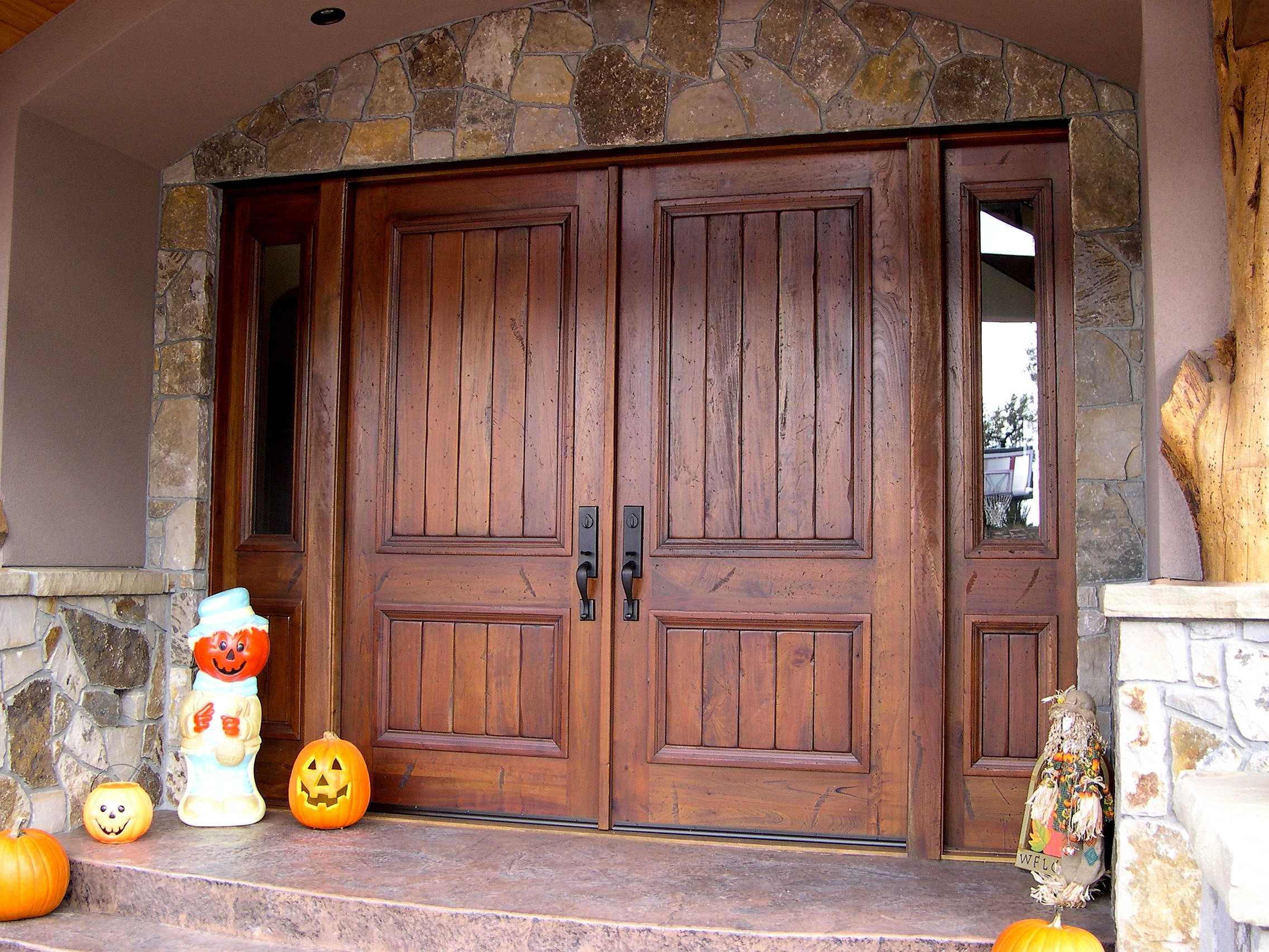 деревянная входная дверь двустворчатая