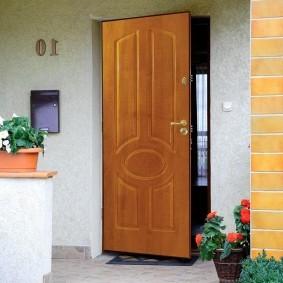 деревянная входная дверь оформление фото
