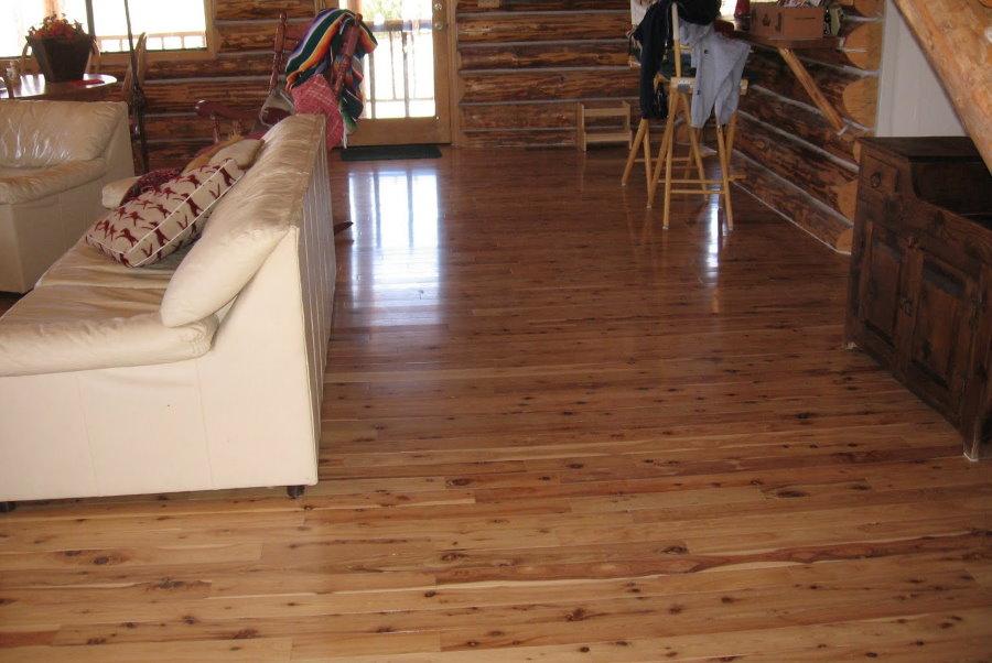 Лакированные доски на полу деревянного дома
