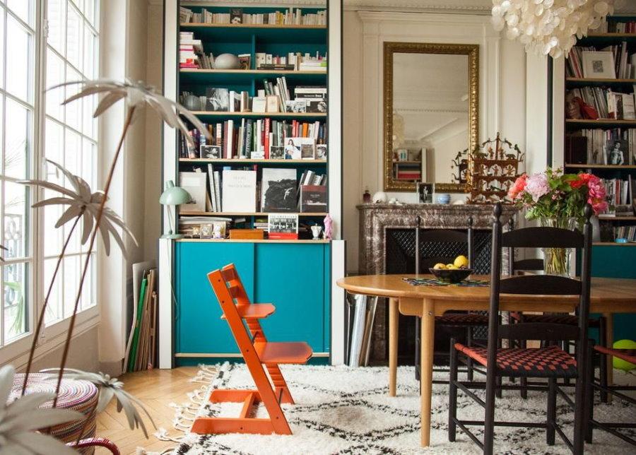 Растущий стул в интерьере комнаты