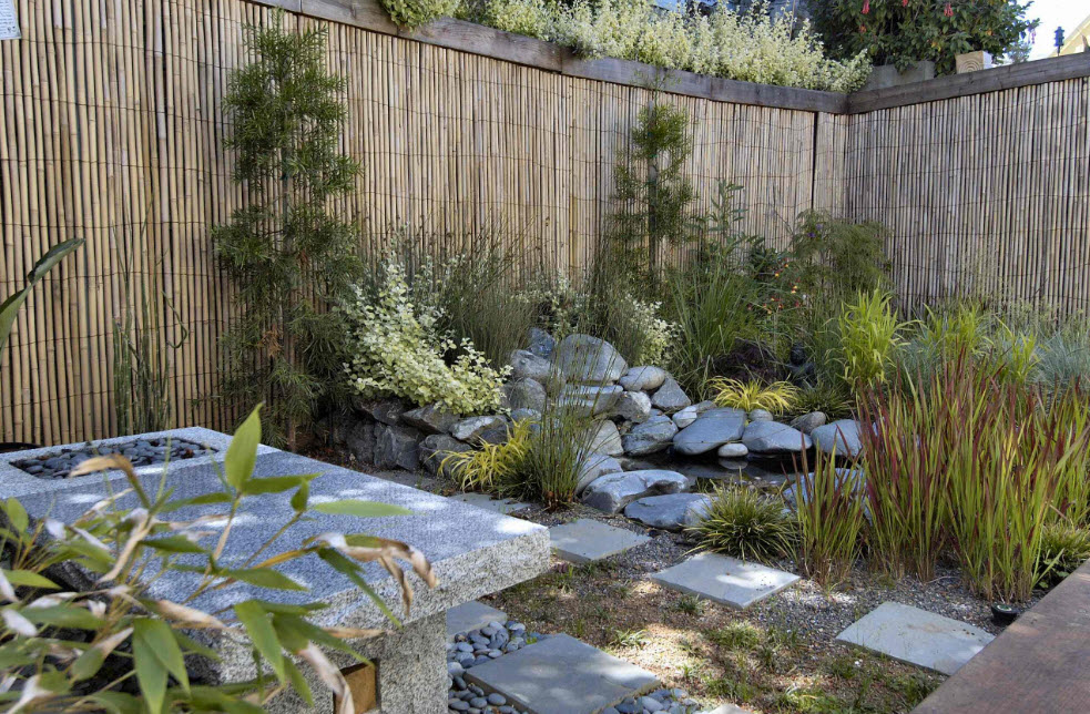 Бамбуковый забор на дачном участке