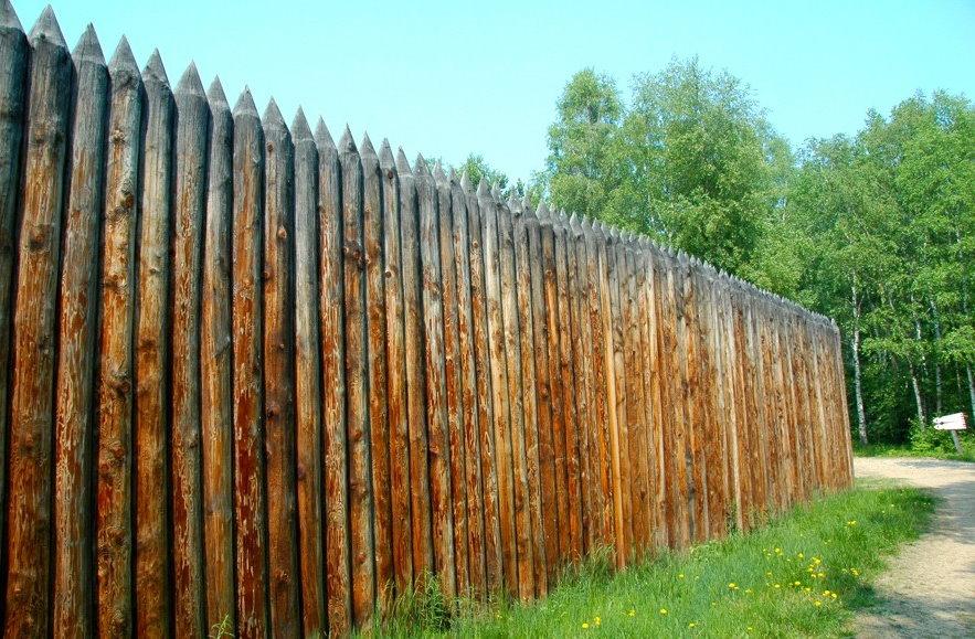 Ограждение садового участка деревянным частоколом