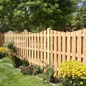 деревянный забор для участка варианты декора