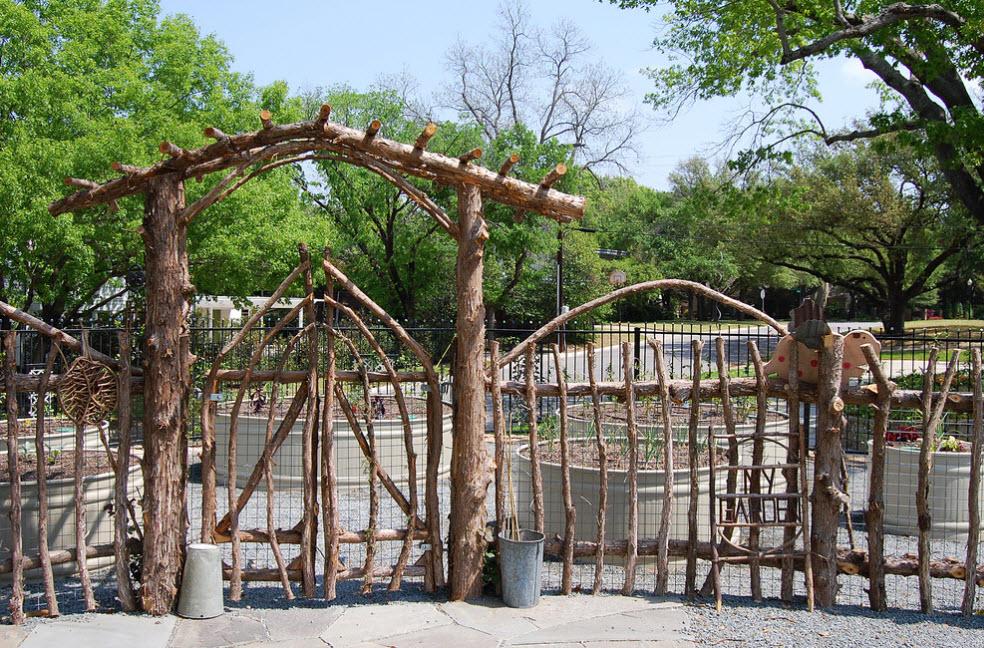 Простой забор из прутьев и веток в стиле кантри