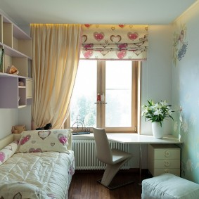 Оформление окна детской комнаты шторами разного вида
