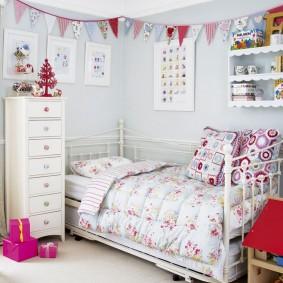 Детская кроватка для маленькой девочки