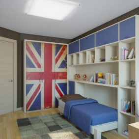Высокий стеллаж в спальне мальчика