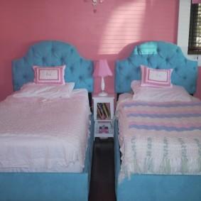 Детские кроватки с голубыми спинками