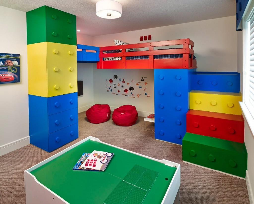 Детская мебель в стиле лего в комнате мальчика