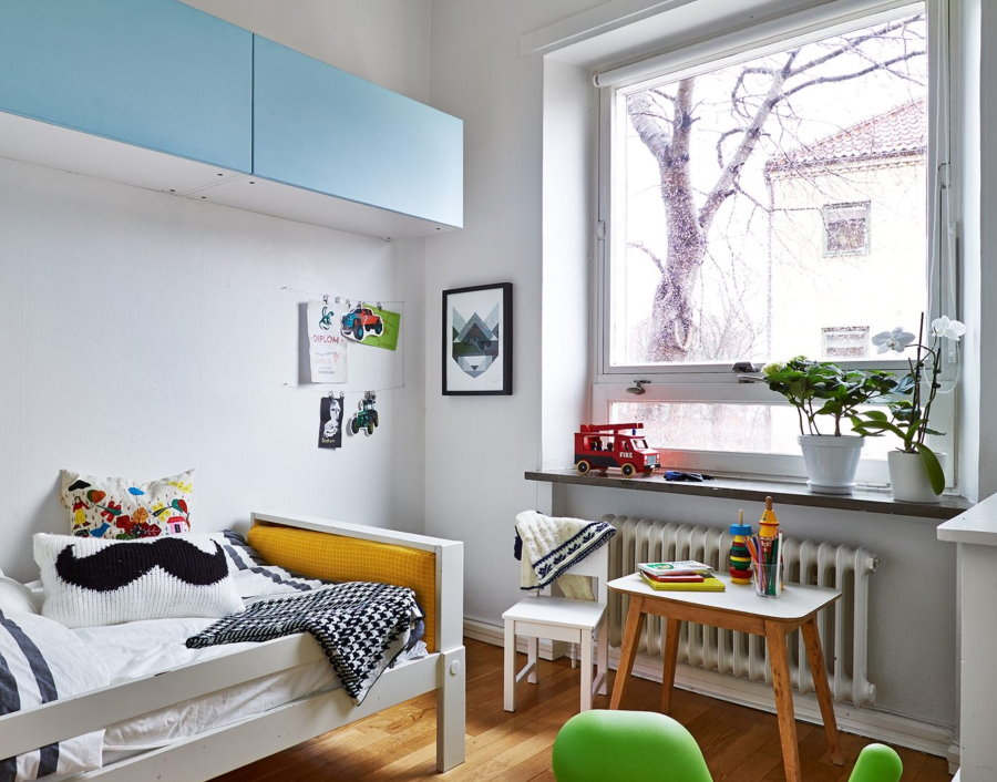 Рулонная штора на окне детской в скандинавском стиле