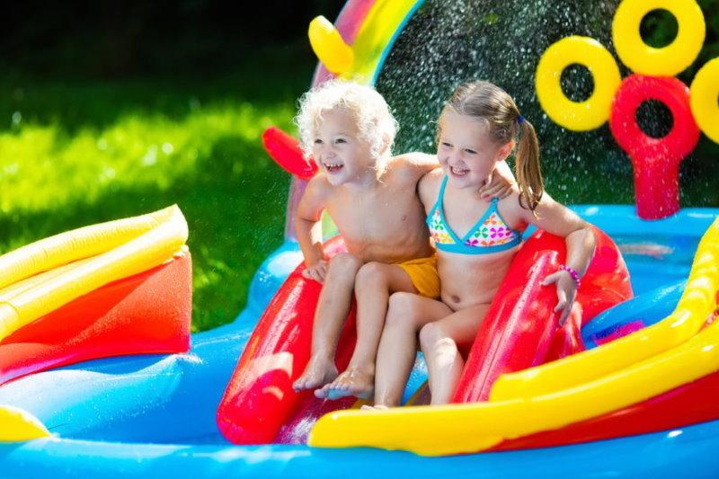 Яркий надувной бассейн для маленьких детей