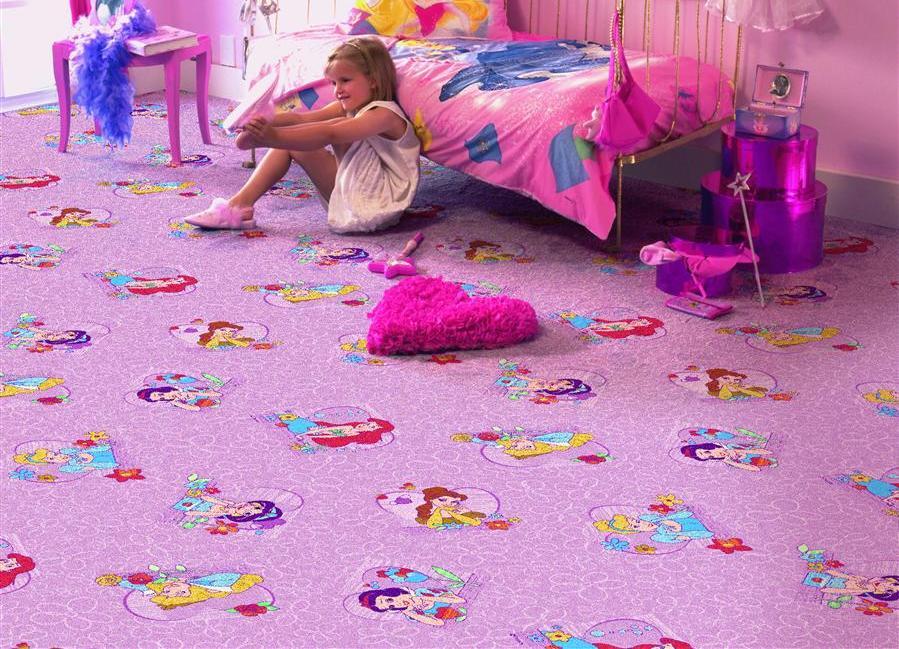 Маленькая девочка на ковролине приятной расцветки
