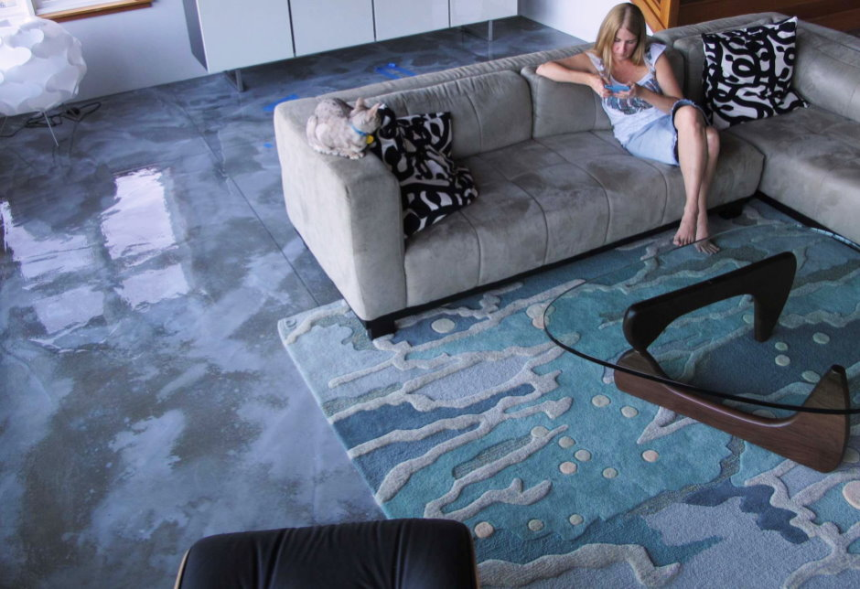 Глянцевая поверхность наливного пола в квартире девушки