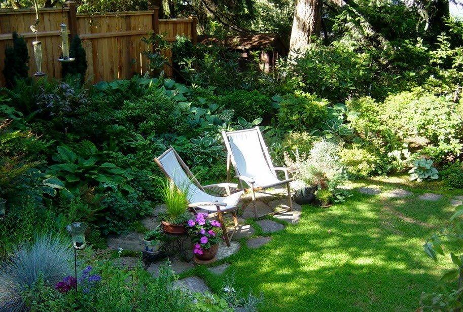Садовые шезлонги в укромном уголке садового участка