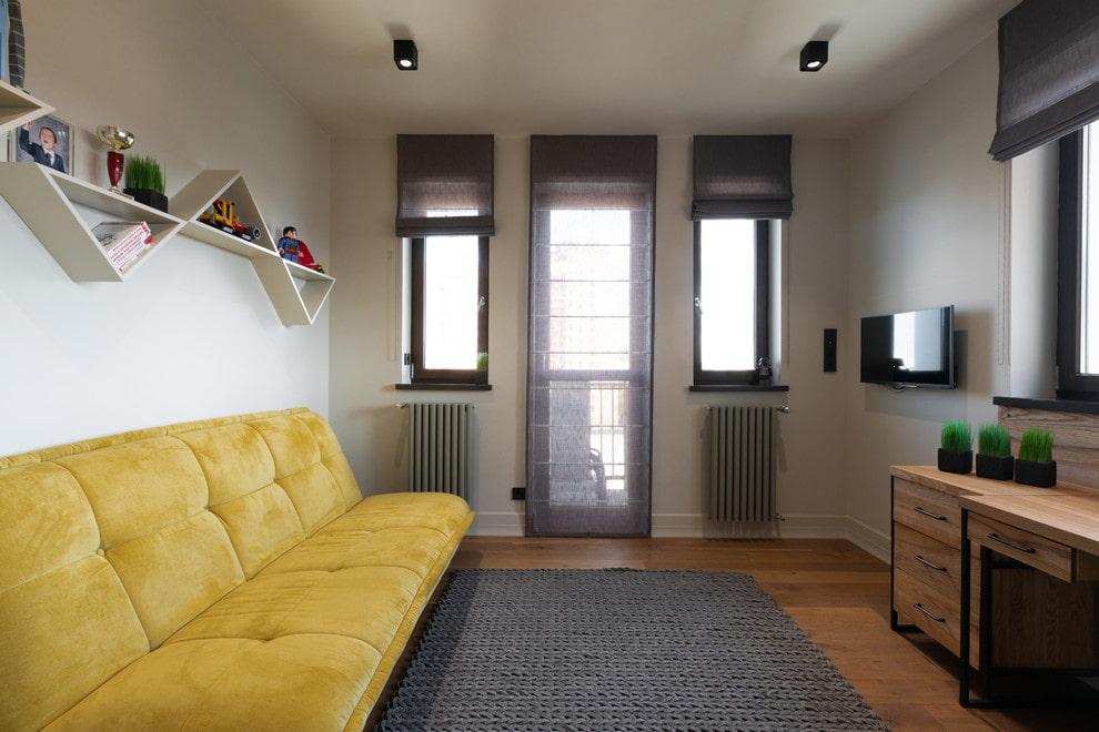 Желтый диван в комнате подростка