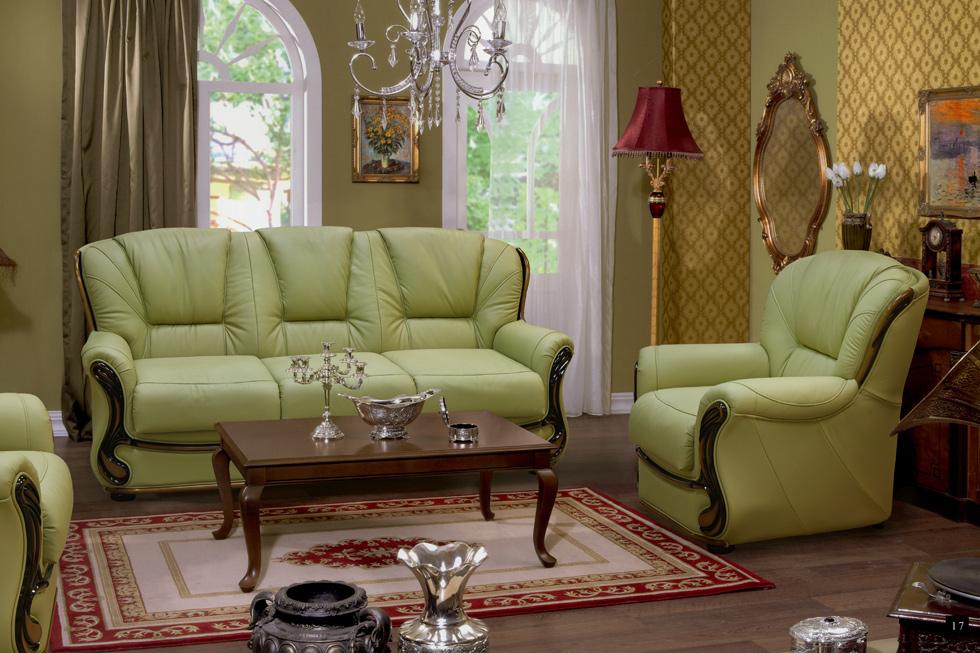 Фисташковый диван в классической гостиной