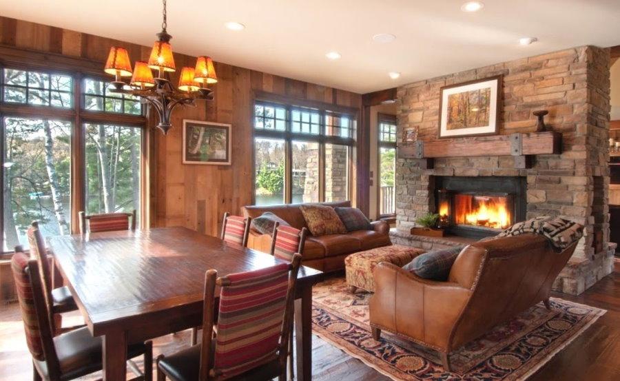 Два кожаных дивана в гостиной загородного дома