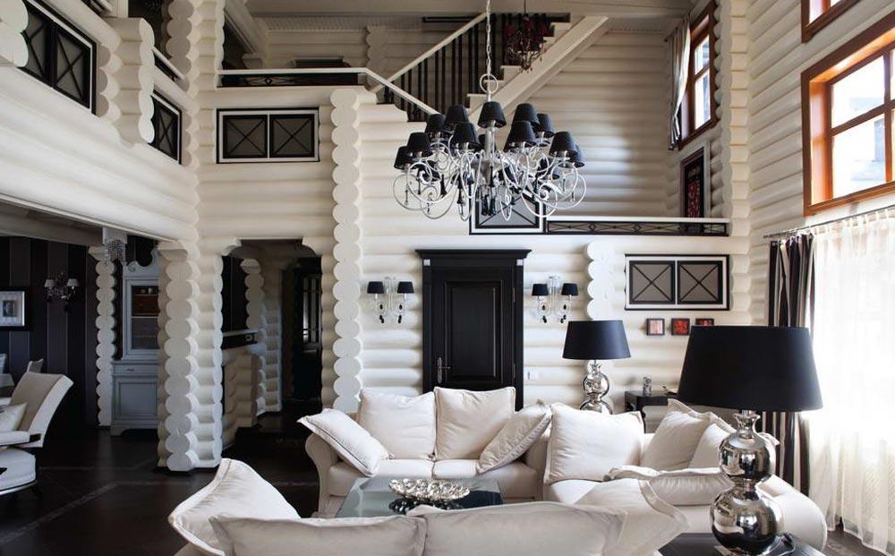 Белые диваны в доме из оцилиндрованного бревна