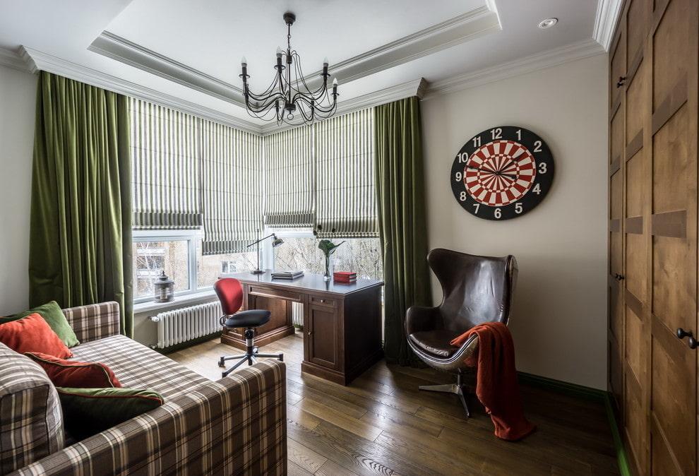 Деревянный письменный стол в стильной комнате мальчика