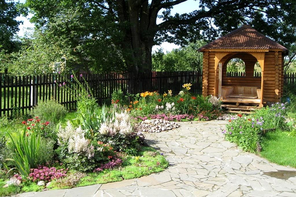 Садовая дорожка с покрытием из природного камня
