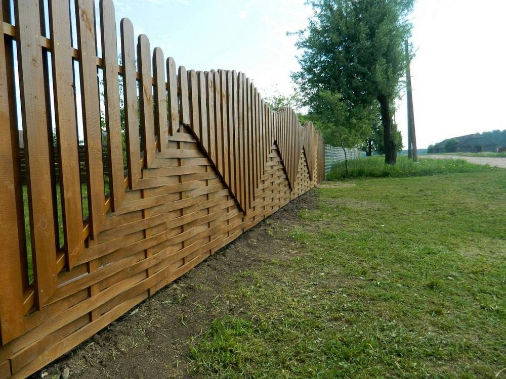 Деревянный забор из досок с разным расположением штакетин