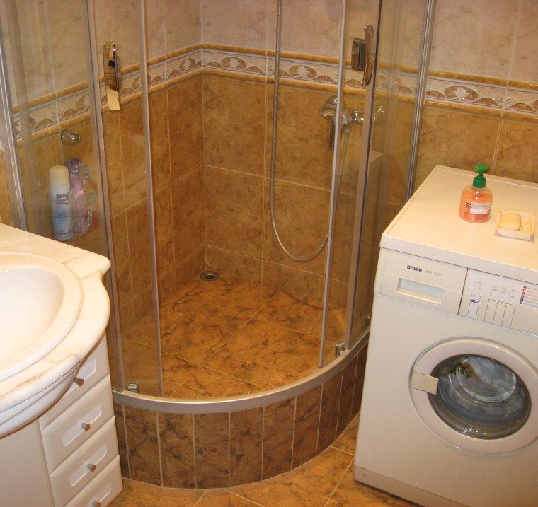 Угловая душевая кабина в ванной раздельного типа