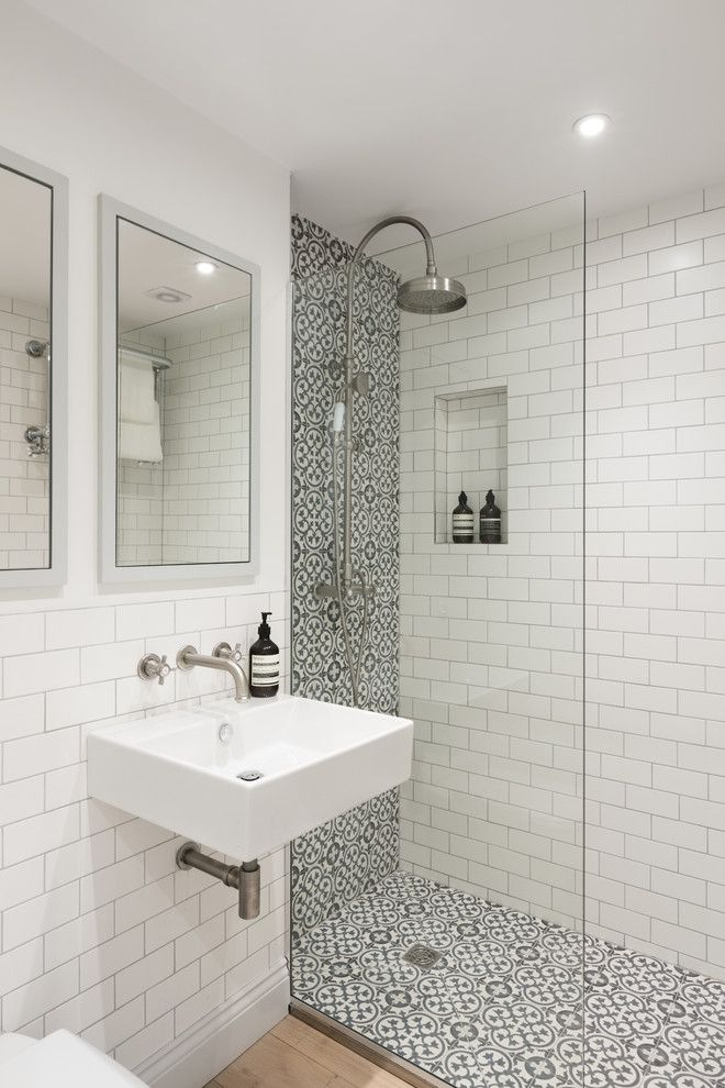 Душ в ванной комнате современного стиля