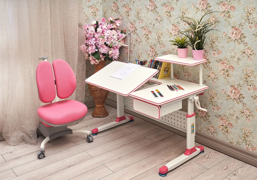 Двойная спинка розового цвета на детском стульчике