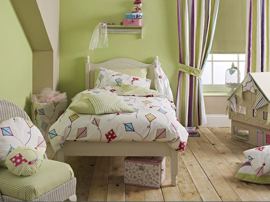 Полосатые шторы в комнате с фисташковыми стенами