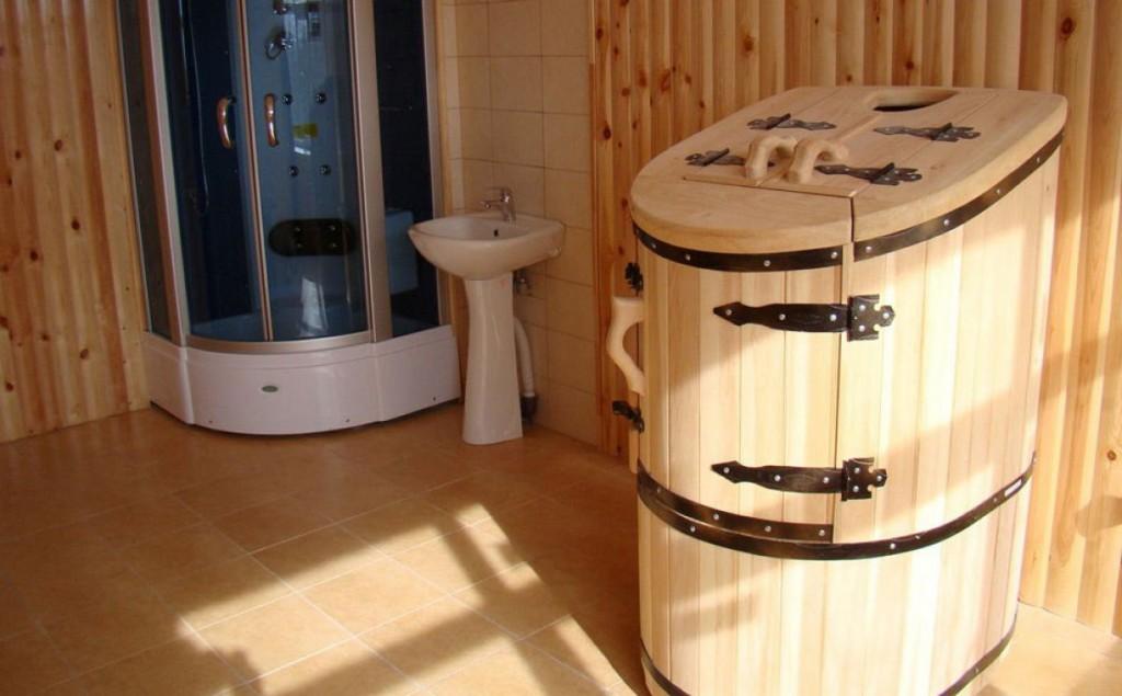 Деревянная фитобочка в интерьере ванной комнаты