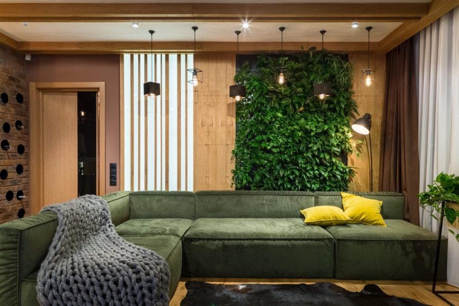 Узкий вертикальный сад в интерьере гостиной