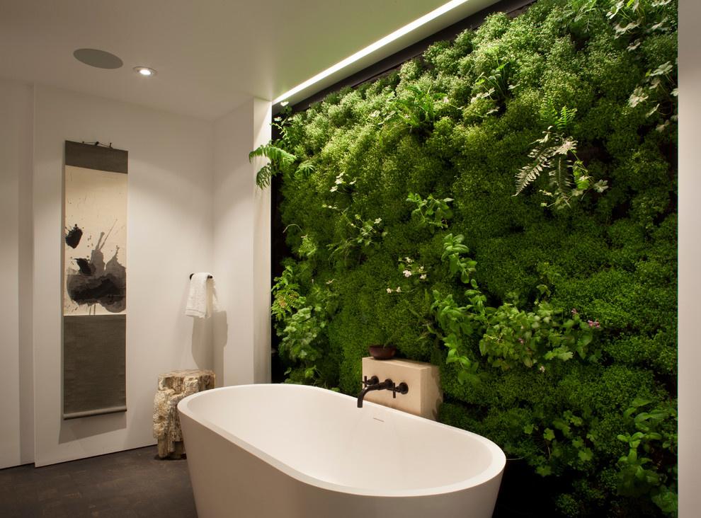 Живая стена в интерьере ванной комнаты