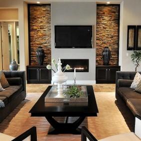 Декор камнем ниш в стене гостиной