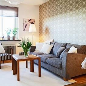 Серый диван около акцентной стены