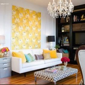 Желтый акцент над белым диваном