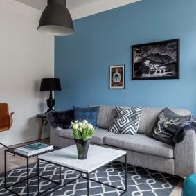 Зонирование гостиной синей стеной