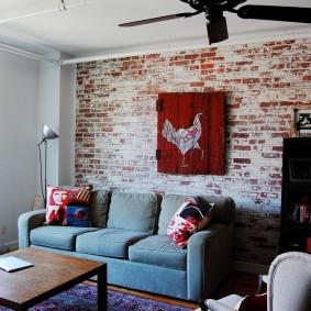 Кирпичная стена за классическим диваном