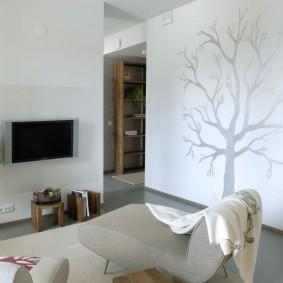 Рисунок дерева серебристой краской на белой стене