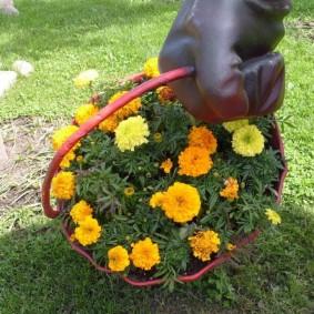 Пластиковое кашпо с цветущими бархатцами