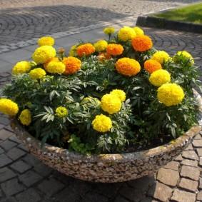 Каменный вазон круглой формы