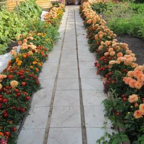Садовая дорожка из цементной плитки