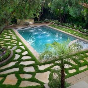 Прямоугольный бассейн с декоративными фонтанчиками