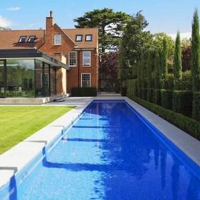 Плавательный бассейн вытянутой формы