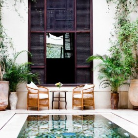 Копактный бассейн во дворе частного дома
