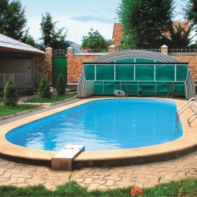 Большой бассейн с крышей из поликарбоната