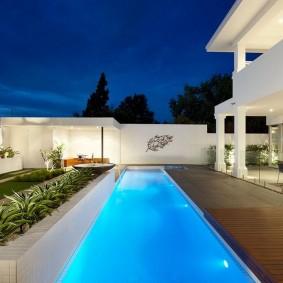 Плавательная дорожка вдоль террасы частного дома