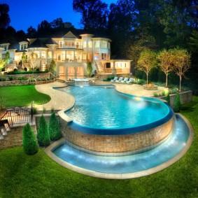 Большой бассейн с водопадом на садовом участке
