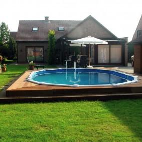 Каркасный бассейн внутри деревянного подиума