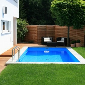 Партерный газон на участке с бассейном