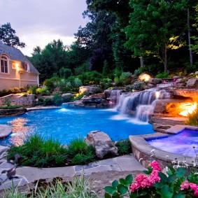 Искусственный водоем с водопадом на загородном участке